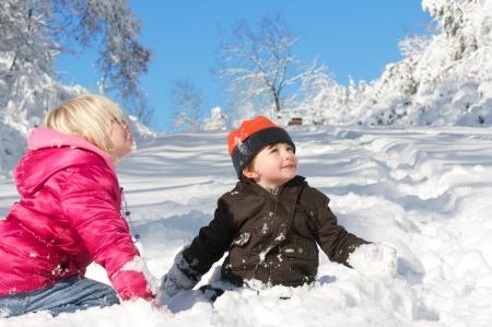 freshly fallen snow: Un'espressione di meraviglia e innocenza come i bambini giocano in una neve appena caduta.