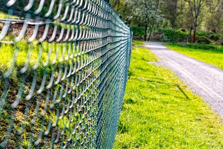 Il nuovo recinto di rete metallica recintato Archivio Fotografico - 78361005