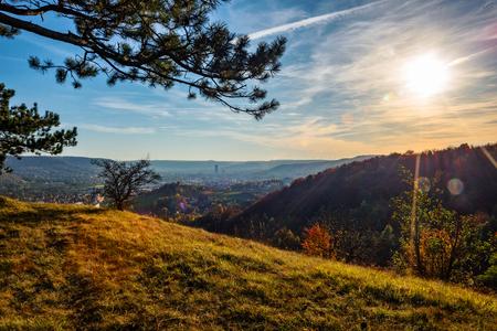 De stad Jena aan de Saale in het midden van Thüringen en omgeven door bergen, in gouden oktober. Stockfoto