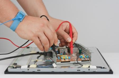 solucion de problemas: Ingeniero de soporte y refrigeradores reparaci�n de la fuente de alimentaci�n del LCD monitor.Objects fotografiados sobre un fondo blanco.