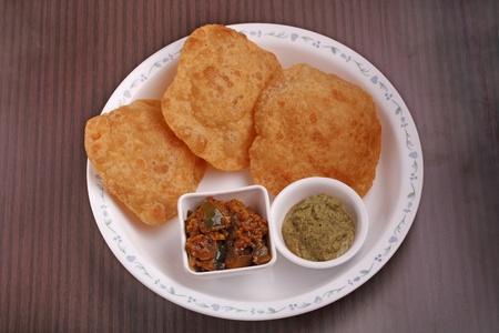 chutney: India sumergida pan - poori con chutney y subzi