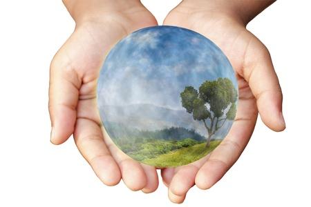 conservacion del agua: Las manos y la Tierra. Concepto de salvar el planeta. Símbolo de la protección del medio ambiente y la conservación.