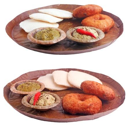 chutney: Tradicional india del sur con desayuno idli vada y chutney en una hoja aislada en blanco Foto de archivo