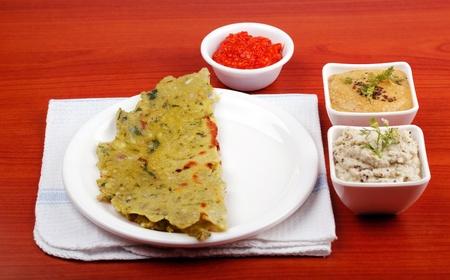 karnataka: Karnataka y tradicional cocina india rotti con coco Chutney de cilantro y salsa picante de chile rojo