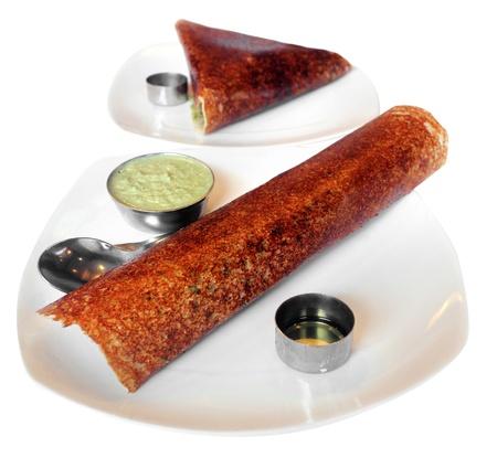 chutney: Masala Dosa y la llanura dosa - popular al sur del desayuno servido con chutney indio y ghee Aislado en blanco y con m�scara de recorte Foto de archivo