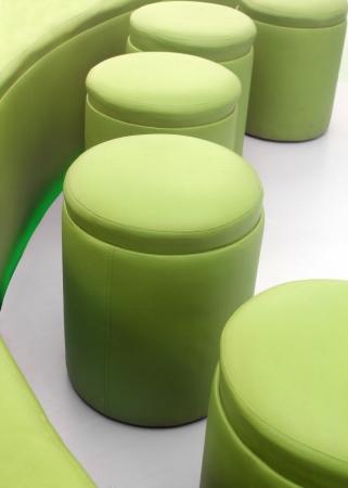imitation leather: Foto dei moderni, sgabelli comodi, comodi ed eleganti per le sale riunioni in ufficio o soggiorni presso le abitazioni realizzate in similpelle di colore verde