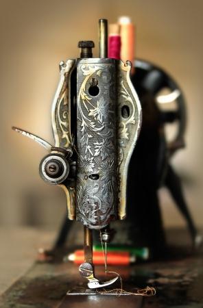 maquina de coser: Clásico manual de estilo retro de la máquina de coser listo para trabajos de costura. La máquina es de estilo antiguo de metal con motivos florales Foto de archivo