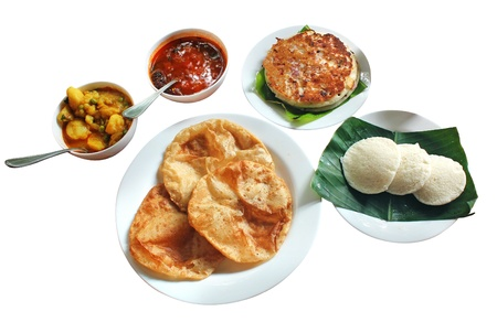chutney: Sur desayuno de la ma�ana y el almuerzo indio comprende dosa o Uttapam, idli, poori, chutney, sambar y subzi aislado en blanco Foto de archivo