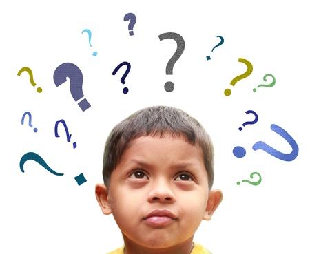 perplesso: Giovane ragazzo indiano perplesso su molte questioni confuse senza soluzioni sui suoi amici, la scuola, i genitori, cibo, gioco, ecc