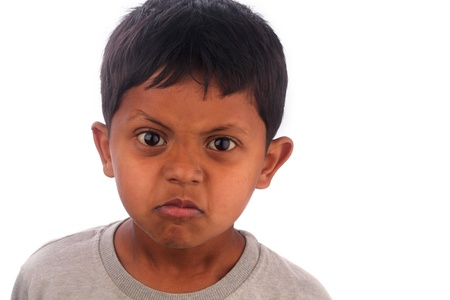 ni�os latinos: Enojado, muchacho frustrado, irritado joven (ni�o) aisladas sobre fondo blanco