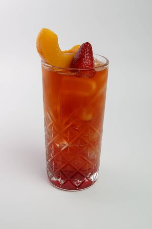 Beautiful refreshing cocktail with decorations in a glass Banque d'images - 131953331