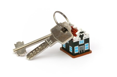 sleutelhanger in de vorm van een eigen huis, twee metalen toetsen