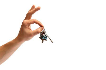 Man de hand houden van sleutels van een nieuw huis