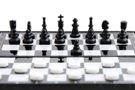 Zwarte schaken tegen witte checkers op het bord