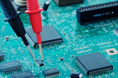 test probe: Un circuito con microchip e sonde multimetro