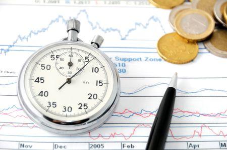 Stopwatch, financiële diagrammen en euro munten � tijd en geld concept