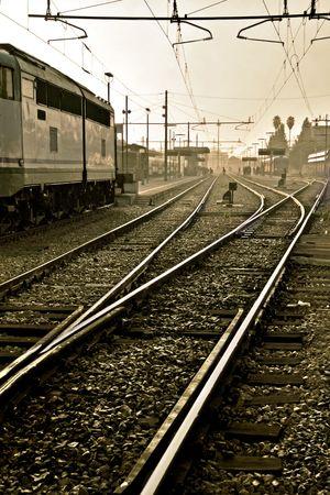 tonalit�: Station de chemin de fer et les rails sur le premier plan dans la tonalit� sepia