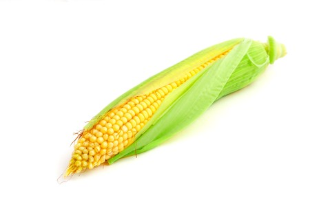 corn ear: Oreja de ma�z dulce con hojas verdes aislados en blanco