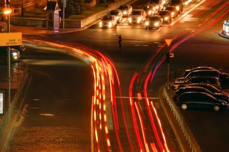 夜の街の交差点で車の動き