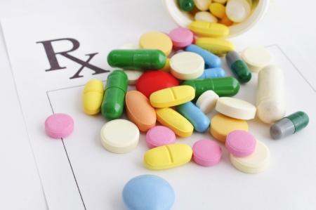 recetas medicas: Muchas pastillas y c�psulas de caer de un cuadro abierto en un formulario de venta con receta