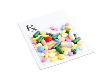 Voorschrift en een verscheidenheid aan pillen en capsules op geïsoleerde witte achtergrond