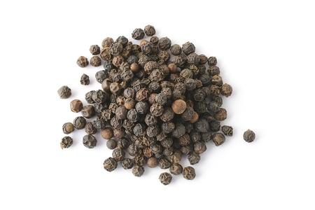 pepe nero: Vista dall'alto su un mucchio di pepe nero intero isolato su sfondo bianco