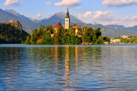 Mooie klooster op het eiland in het midden van het meer van Bled in Slovenië Redactioneel