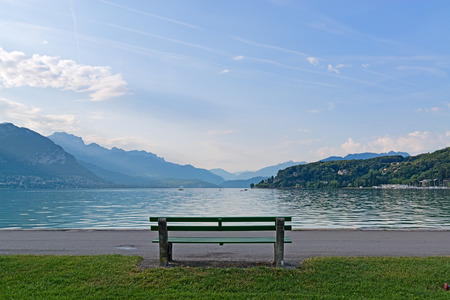 banc de parc: Beautiful lake and a bench with view on mountains