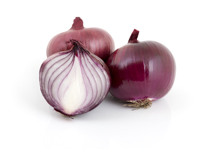 Whole and cut red onions isolated on white Stockfoto