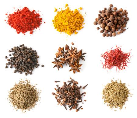 culantro: Conjunto de especias (pimienta roja y negro, pimienta, azafr�n, curry, an�s, clavo de olor, comino, cilantro) aislado en blanco, vista desde arriba