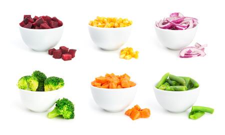 Set van gesneden groenten in een kommen geïsoleerd op een witte achtergrond