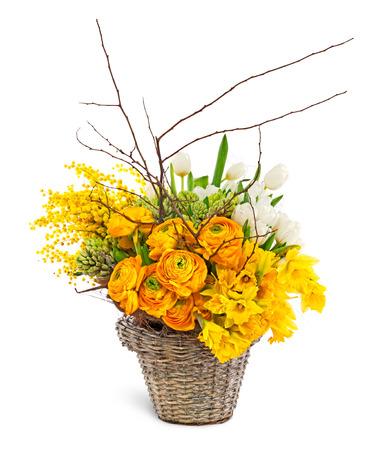 arreglo floral: Composición hermosa flores en una cesta aislada en el fondo blanco
