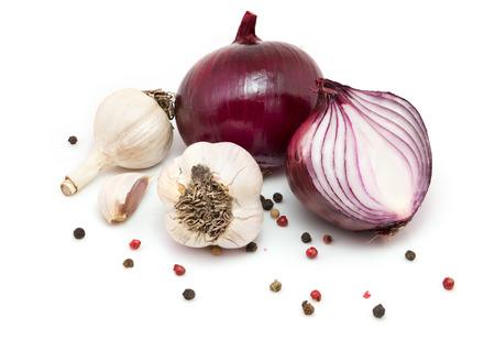 cebolla: Ajo, cebolla roja y pimienta aislados en fondo blanco