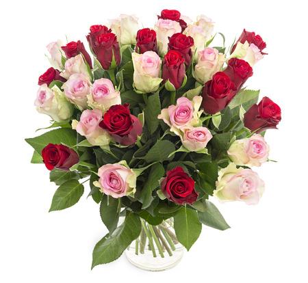 白い背景で隔離の花瓶に、美しい新鮮な赤とピンクのバラ