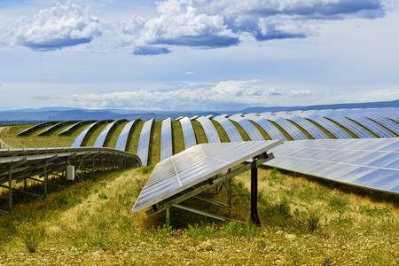 フランスの高原の太陽電池パネルのフィールド