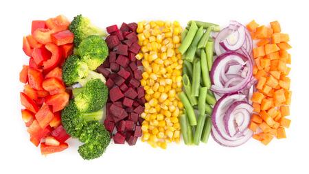 fila: Cortar las verduras listas para cocinar aislados en fondo blanco Foto de archivo