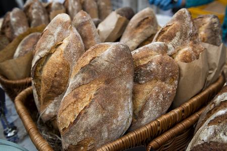 canasta de pan: Pan caliente fresco en una cesta en el mercado