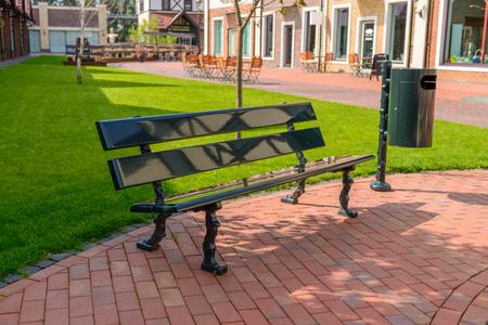 벤치와 쓰레기통은 도시 거리에 있습니다. 여름 휴식