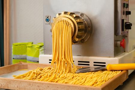 Ambachtelijke Italiaanse pastaproductie met oude technologie in Venetië, Italië