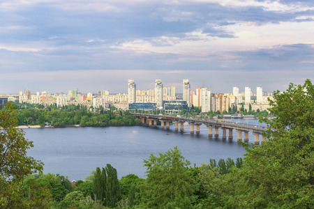2019-05-11 Kyiv, Ukraine. Scenic panorama of the left bank of the Kyiv city. Bridge over Dnipro river and new districts. Standard-Bild