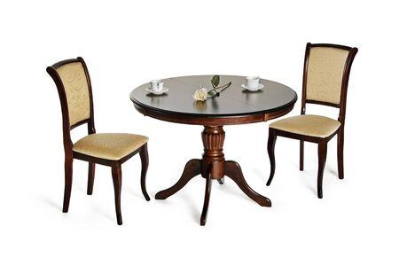 Due sedie e tavolo rotondo isolato su bianco con ombre