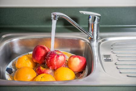 Washing fruits 版權商用圖片