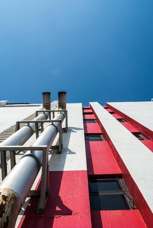 edificio industrial: tubo metálico para ventilación de aire en la nave industrial.