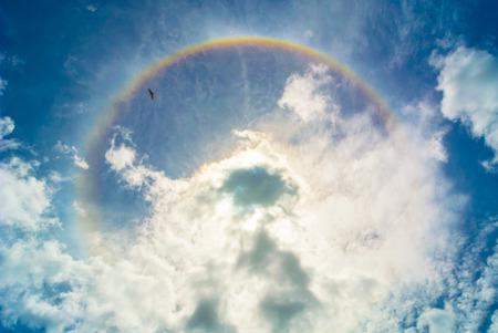 raggio: alone sole e nubi, arcobaleno ha raggio. Archivio Fotografico