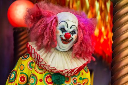 clown cirque: Robot de clown effrayant masque en clown. Banque d'images