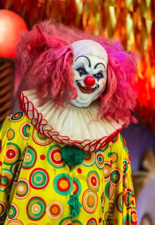 Scary Clown Roboter in Clown-Maske.