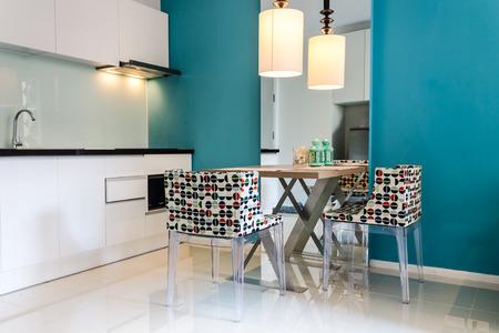 Moderne kleine keuken sectie in appartement. Stockfoto