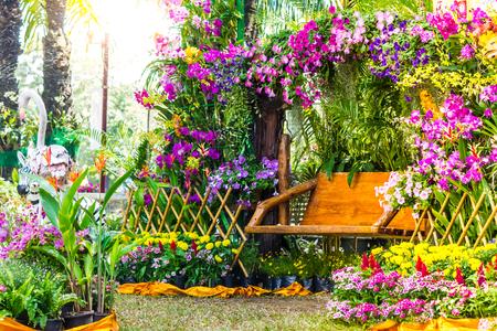 Holzstuhl in dem Blumengarten. Standard-Bild
