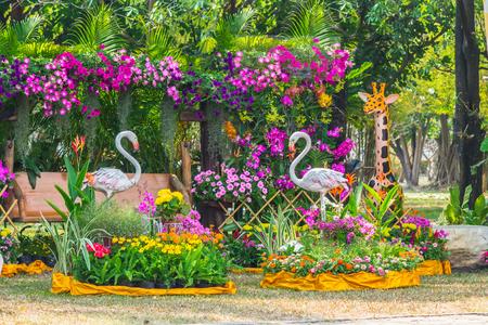 flamenco ave: estatua Flamenco del p�jaro en el jard�n de flores.