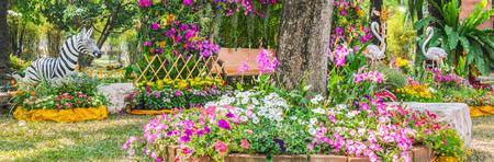 flamenco ave: estatua Flamenco del pájaro en el jardín de flores.